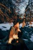 Retrato de una mujer rubia hermosa joven con el sombrero, en un abrigo de pieles, exterior, en la nieve Fotos de archivo libres de regalías