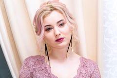 Retrato de una mujer rubia hermosa joven imagenes de archivo