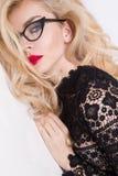Retrato de una mujer rubia hermosa muy con los ojos verdes de labios rojos dulces Imagen de archivo libre de regalías