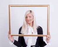 Retrato de una mujer rubia joven Fotos de archivo libres de regalías