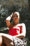 Retrato de una mujer rubia joven Foto de archivo