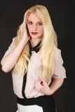 Retrato de una mujer rubia joven con el pelo largo Imagen de archivo
