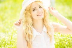 Retrato de una mujer rubia joven hermosa Foto de archivo libre de regalías