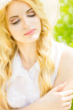 Retrato de una mujer rubia joven hermosa Imágenes de archivo libres de regalías