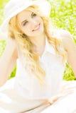 Retrato de una mujer rubia joven hermosa Imagen de archivo