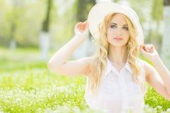 Retrato de una mujer rubia joven hermosa Imagenes de archivo