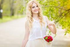 Retrato de una mujer rubia joven hermosa foto de archivo