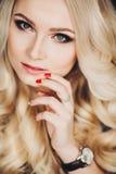Retrato de una mujer rubia joven hermosa Imagen de archivo libre de regalías
