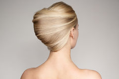 Retrato de una mujer rubia joven hermosa con Shell Hairstyle imágenes de archivo libres de regalías