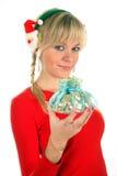 Retrato de una mujer rubia joven que sostiene el regalo o Imagenes de archivo