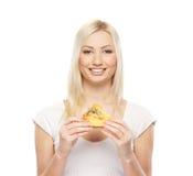 Retrato de una mujer rubia joven que sostiene una pizza Fotografía de archivo libre de regalías