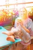 Retrato de una mujer rubia que se sienta en balcón imágenes de archivo libres de regalías