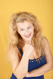 Retrato de una mujer rubia sonriente Imagen de archivo