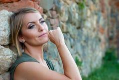 Retrato de una mujer rubia triste, cambiante Imagen de archivo