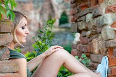 Retrato de una mujer rubia triste, cambiante Imagen de archivo libre de regalías