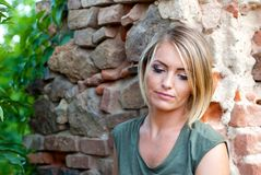 Retrato de una mujer rubia triste, cambiante Fotografía de archivo