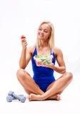 Retrato de una mujer sana del ajuste que come una ensalada fresca Imagen de archivo libre de regalías