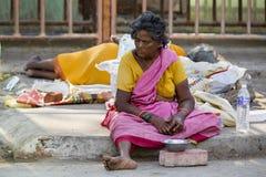 Retrato de una mujer sin hogar no identificada en la calle de la ciudad sagrada de Rameshwaram, la India foto de archivo