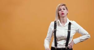 Retrato de una mujer sobre el fondo amarillo que es severo almacen de metraje de vídeo