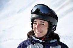 Retrato de una mujer sonriente del esquiador con el casco Imagen de archivo libre de regalías