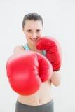 Retrato de una mujer sonriente en guantes de boxeo rojos Fotografía de archivo libre de regalías