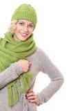 Retrato de una mujer sonriente envuelta con la bufanda de las lanas Foto de archivo