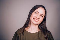 Retrato de una mujer sonriente hermosa Felicidad, emoción fotos de archivo libres de regalías