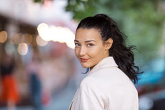 Retrato de una mujer sonriente joven imagen de archivo