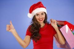 Retrato de una mujer sonriente joven que hace compras antes de christma Imagen de archivo