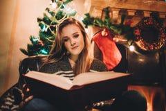 Retrato de una mujer sonriente joven que hace compras en línea antes de la Navidad Foto de archivo