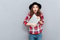Retrato de una mujer sorprendida chocada en camisa de tela escocesa Imágenes de archivo libres de regalías