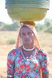 Retrato de una mujer tribal vestida colorido y de joyas que llevan foto de archivo