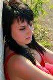 Retrato de una mujer triguena joven sola al aire libre Imagen de archivo