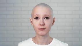 Retrato de una mujer triste, deprimida que sufre del cáncer que mira en la cámara almacen de video