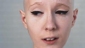 Retrato de una mujer triste, deprimida que sufre del cáncer que mira en la cámara almacen de metraje de vídeo
