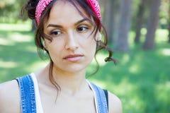 Retrato de una mujer triste en naturaleza Fotografía de archivo