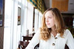 Retrato de una mujer triste joven hermosa Fotografía de archivo libre de regalías