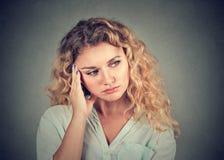Retrato de una mujer triste que mira abajo Fotos de archivo