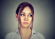 Retrato de una mujer triste que mira de lado Imagenes de archivo