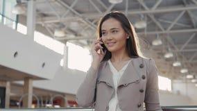 Retrato de una mujer turística del adolescente joven que visita las compras de la ciudad usando su dispositivo y sonrisa del smar Fotos de archivo libres de regalías