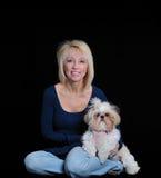 Retrato de una mujer y de un perro de Shih Tzu foto de archivo libre de regalías