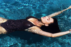 Retrato de una natación atractiva hermosa de la mujer en la piscina fotografía de archivo