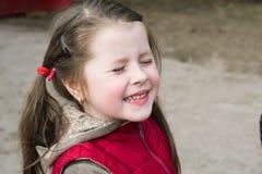Retrato de una niña alegre imagen de archivo libre de regalías