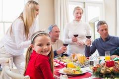 Retrato de una niña bonita en una cena de la Navidad Imagen de archivo libre de regalías