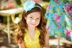 Retrato de una niña bonita en vestido amarillo y pelo largo del brouw Imagen de archivo libre de regalías