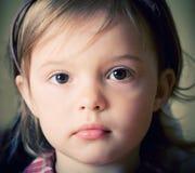 Retrato de una niña con el nudo del arqueamiento en la pista fotografía de archivo