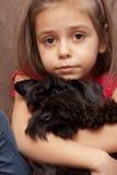 Retrato de una niña con el perro fotografía de archivo