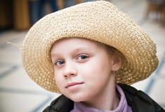 Retrato de una niña con el sombrero de paja Imagen de archivo