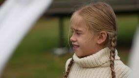 Retrato de una niña con las coletas en un suéter blanco metrajes