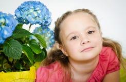 Retrato de una niña con las flores Imágenes de archivo libres de regalías